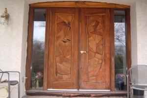 Входные двери с деревянной отделкой